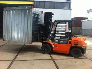 Moving of a storage container in a kit form with a forklift truck