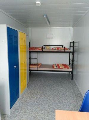 Aménagement intérieur d'un bungalow en kit de base vie de chantier